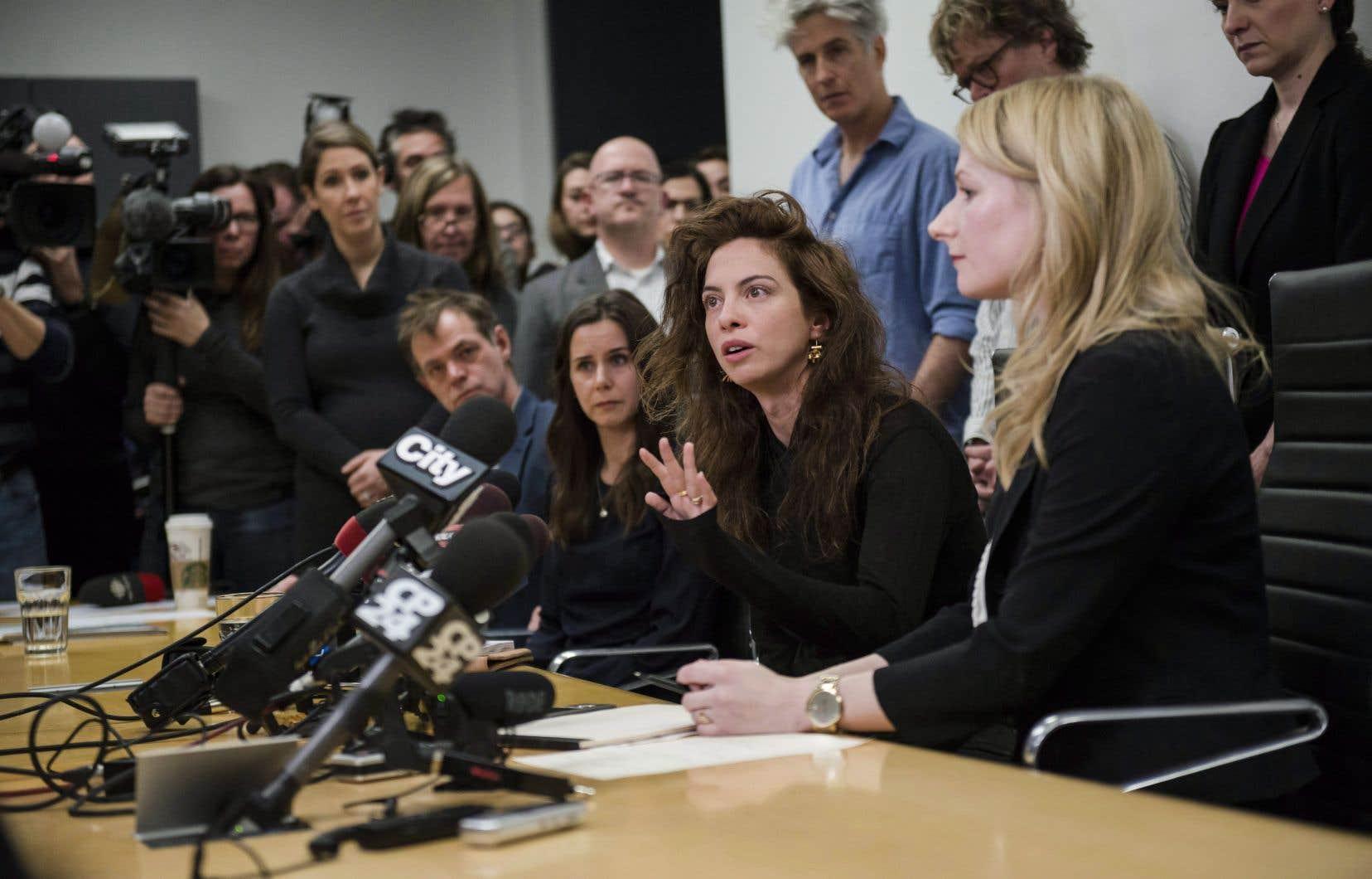 Des actrices s'adressent à la presse le 4 janvier dernier, après avoir déposé des plaintes contre le fondateur et directeur artistique du théâtre, Albert Schultz.