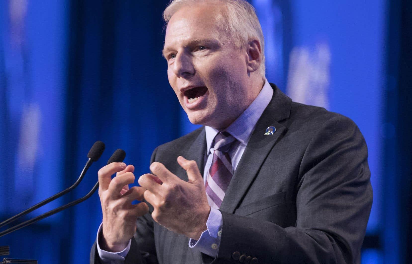 Jean-François Lisée profite de la position délicate des libéraux en santé, qui ont annoncé la semaine dernière l'augmentation de la rémunération des médecins spécialistes.