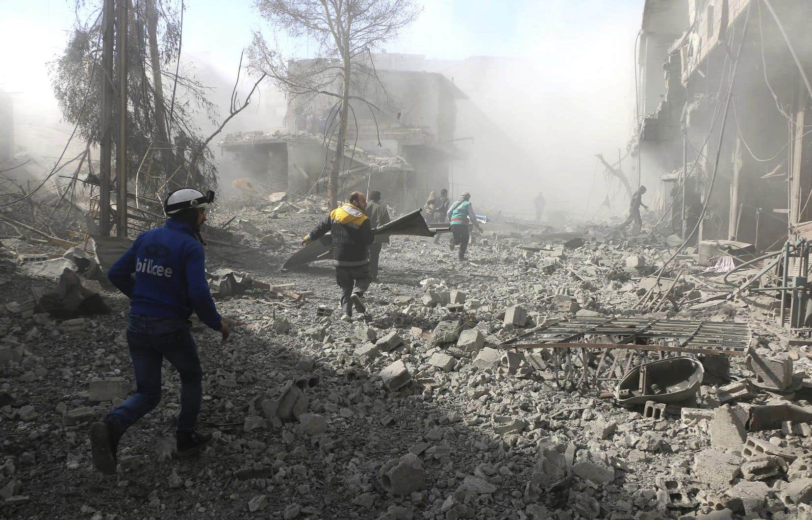 Au moins 250 civils, dont près de 60 enfants, ont été tués depuis dimanche dans les bombardements sur la Ghouta orientale (photo fournie par la Défense civile syrienne).