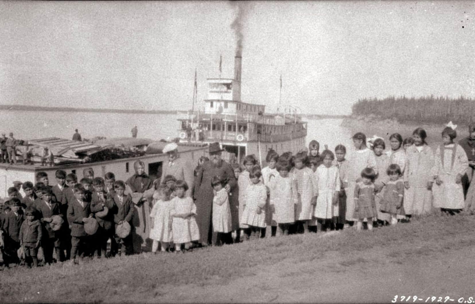 Enfants autochtones au pensionnat indien de la mission catholique de Fort Providence, en 1929. Les archives nationales témoignent très peu de la souffrance subie par les enfants dans ces établissements tenus par des communautés religieuses.