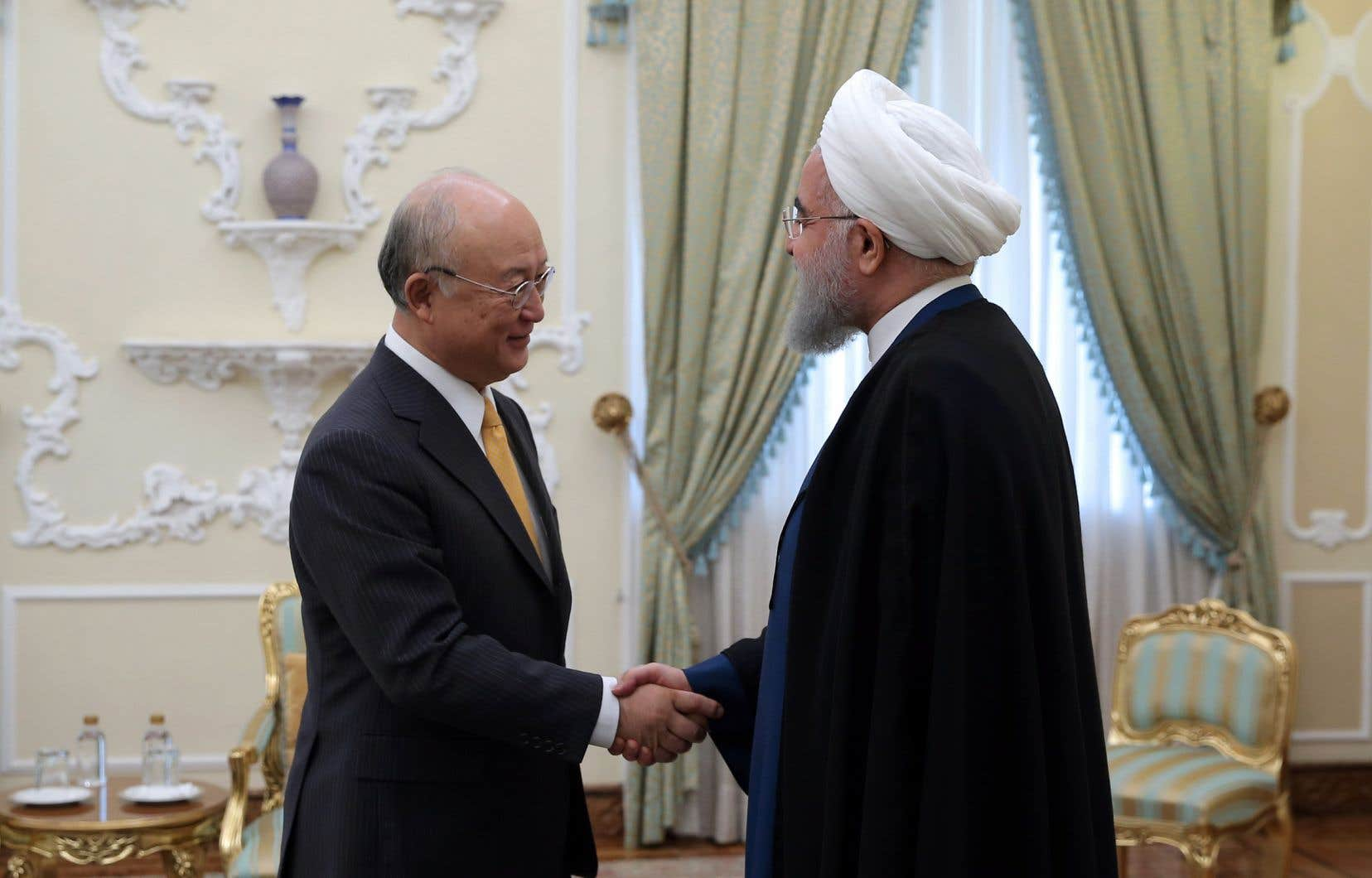 Poignée de main entre Yukiya Amano, directeur de l'AIEA, et le président Rohani, en octobre dernier.