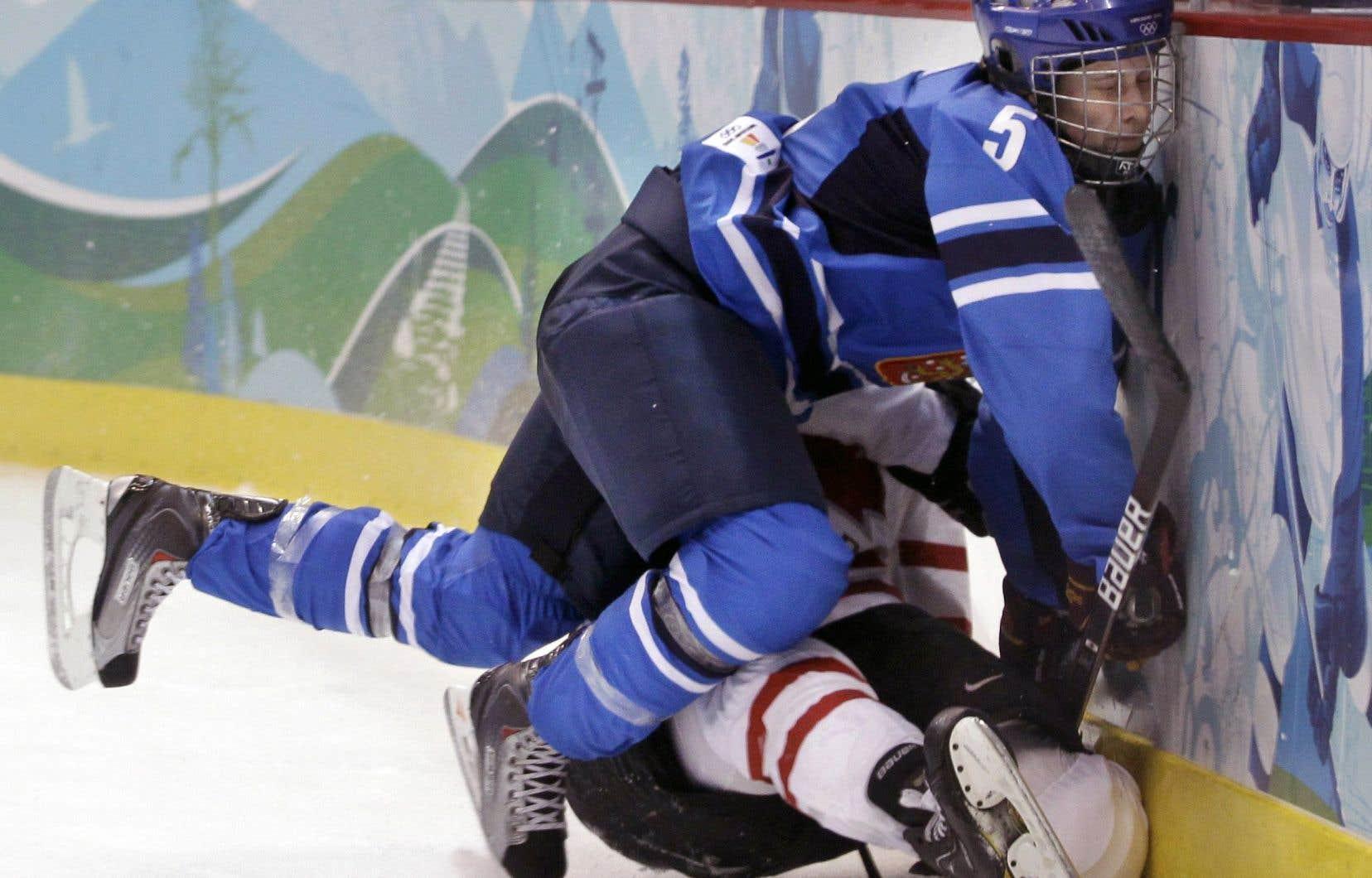 La célèbre hockeyeuse canadienne Hayley Wickenheiser a subi plusieurs coups à la tête au cours de sa carrière. Dans cette collision survenue dans un match contre la Finlande en 2010, c'est toutefois la défenseur Mariia Posa qui a encaissé le plus gros coup à la tête.