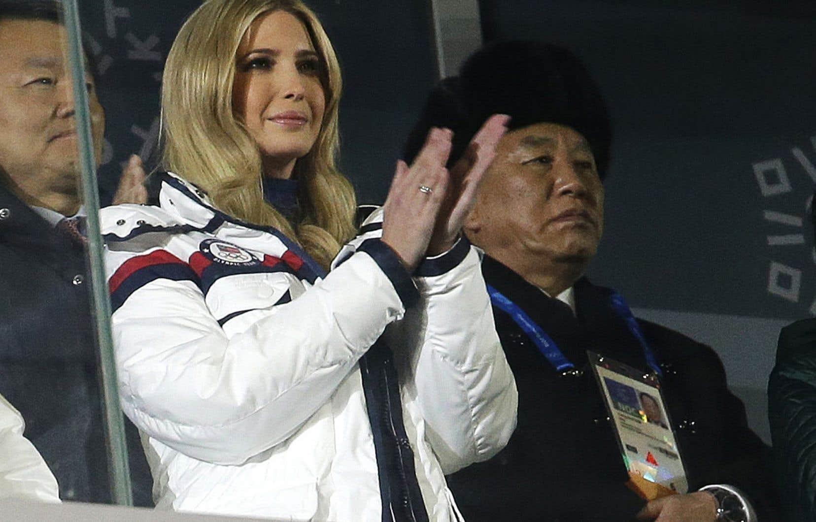 La fille aînée de Donald Trump, Ivanka Trump, et le général nord-coréen Kim Yong-chol, dimanche, lors de la cérémonie de clôture