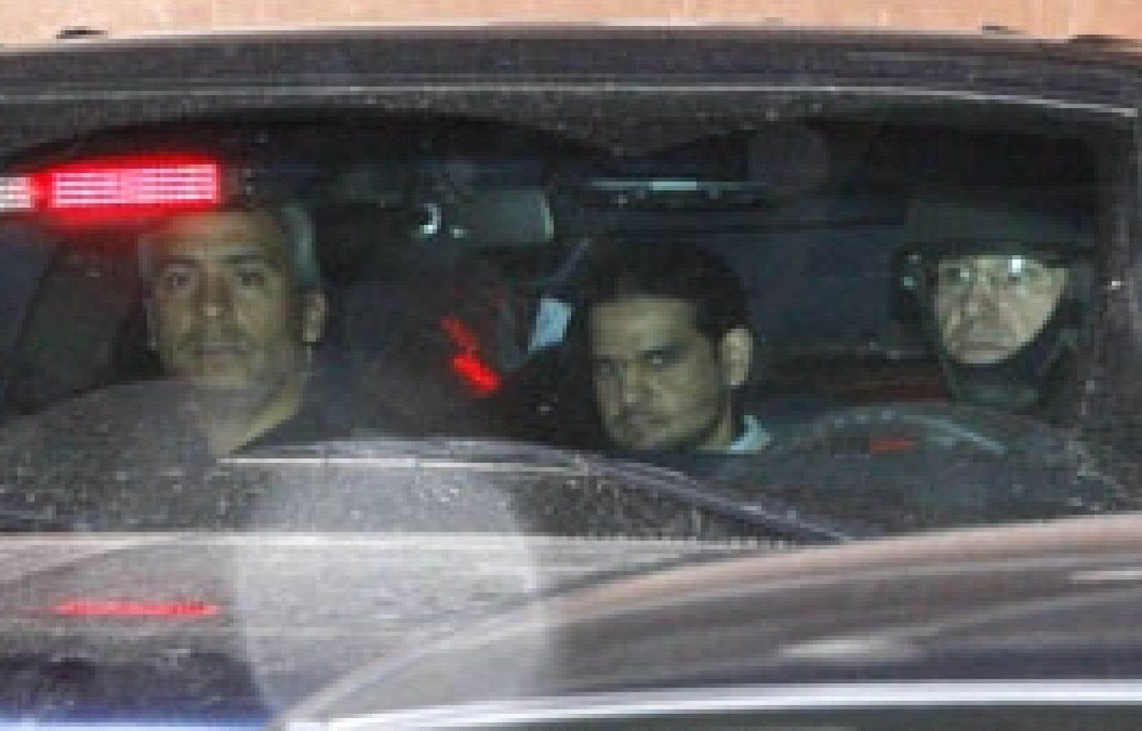 Momin Khawaja, à gauche, escorté par un policier.