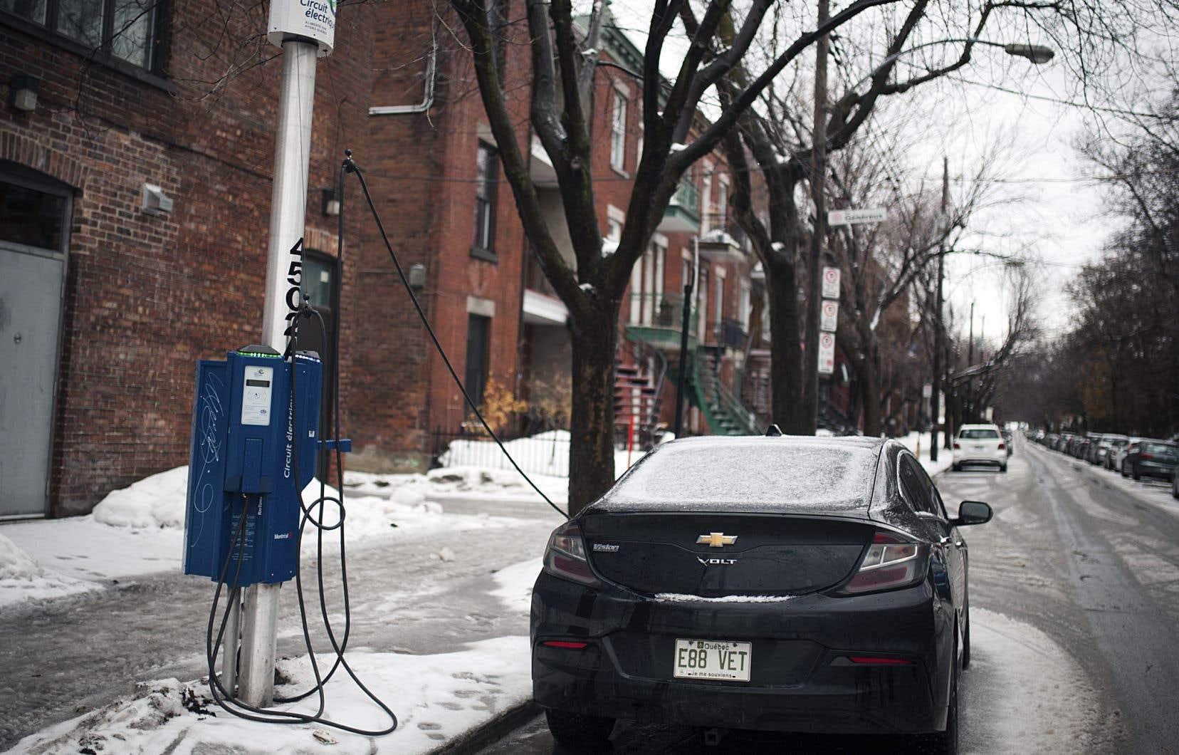 La Ville de Montréal travaille actuellement sur l'implantation de «pôles de mobilité», qui intègrent plusieurs modes de transports alternatifs à la voiture à essence, dont des bornes de recharge pour les véhicules électriques.
