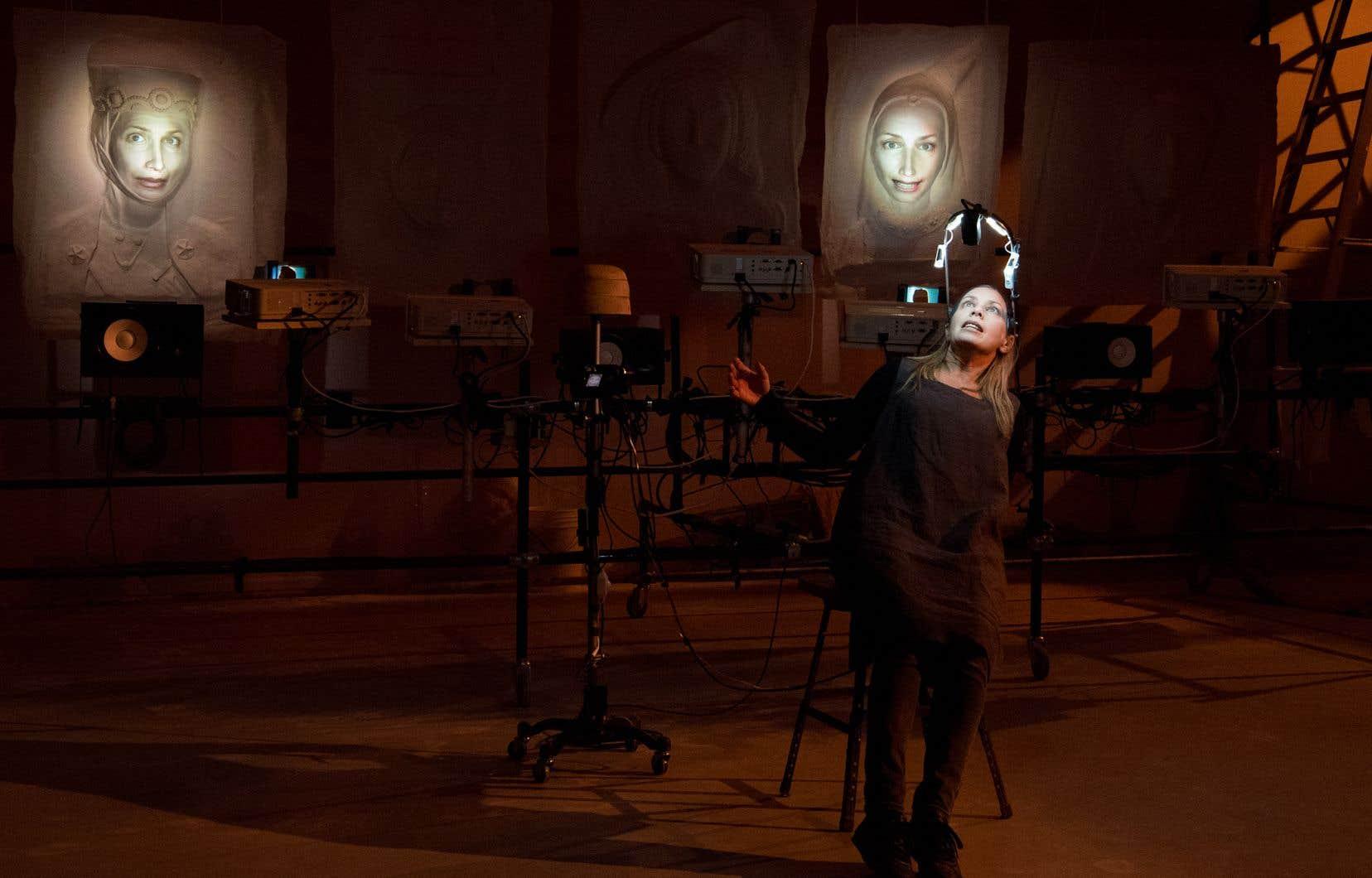 Céline Bonnier prête vie à celles qu'on nomme les témoins. Le visage de la comédienne est filmé et projeté sur des portraits de plâtre incarnant des personnages allant du XIIIe au XXesiècle.