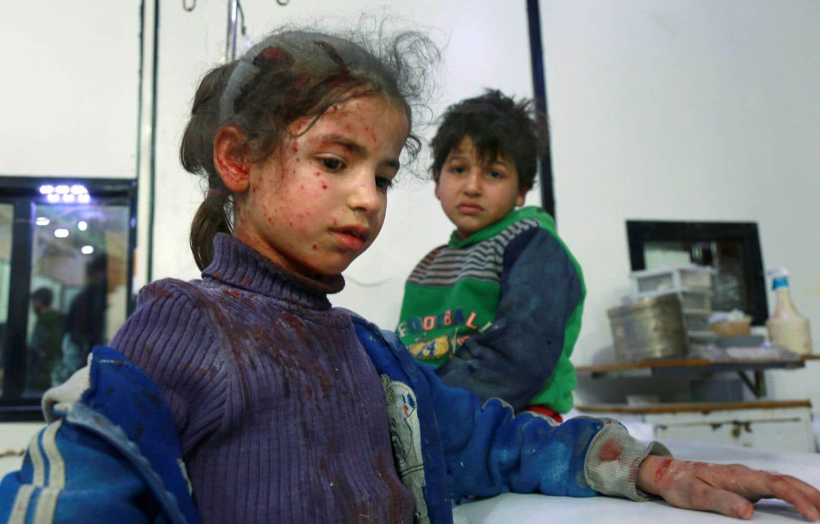 Dans la Ghouta orientale, les mêmes scènes tragiques se répètent au quotidien depuis début février : des enfants au visage piqueté de blessures, des hommes à la tête et aux jambes bandées, allongés sur des lits d'hôpitaux bondés.