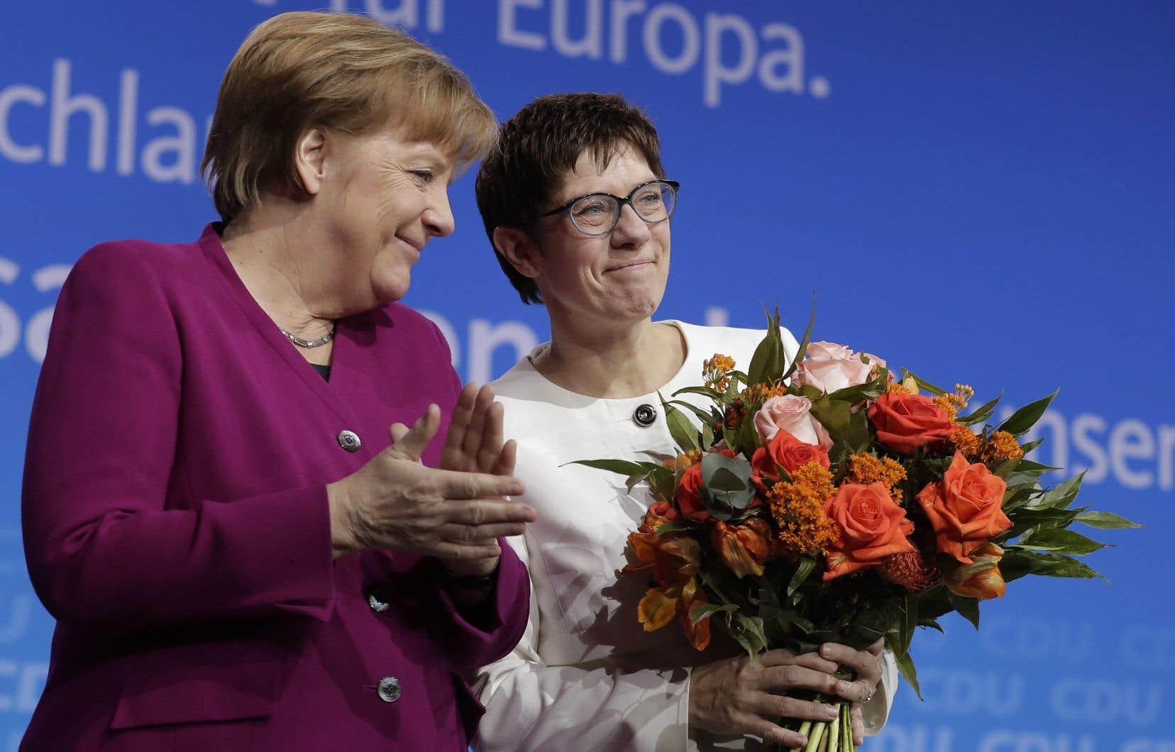 Lors du congrès, les délégués ont aussi approuvé la nomination d'une proche de Mme Merkel, Annegret Kramp-Karrenbauer, comme secrétaire générale du parti.