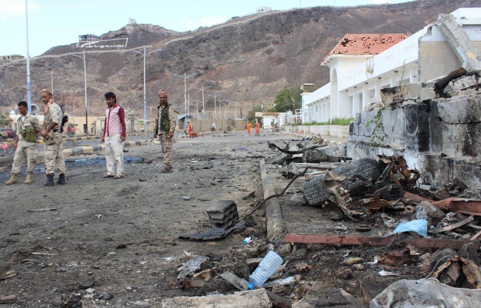 Des combattants séparatistes montent la garde sur le lieu d'un double attentat suicide à la voiture piégée, le 25 février.