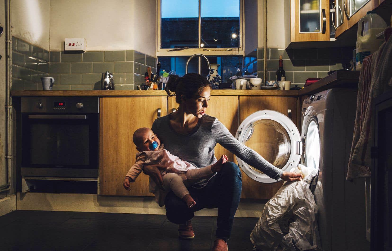 «Ce qui se passe avec l'arrivée d'un enfant, c'est que les inégalités dans la répartition des tâches augmentent encore plus», assure Laurence Charton, sociologue à l'Institut national de la recherche scientifique.