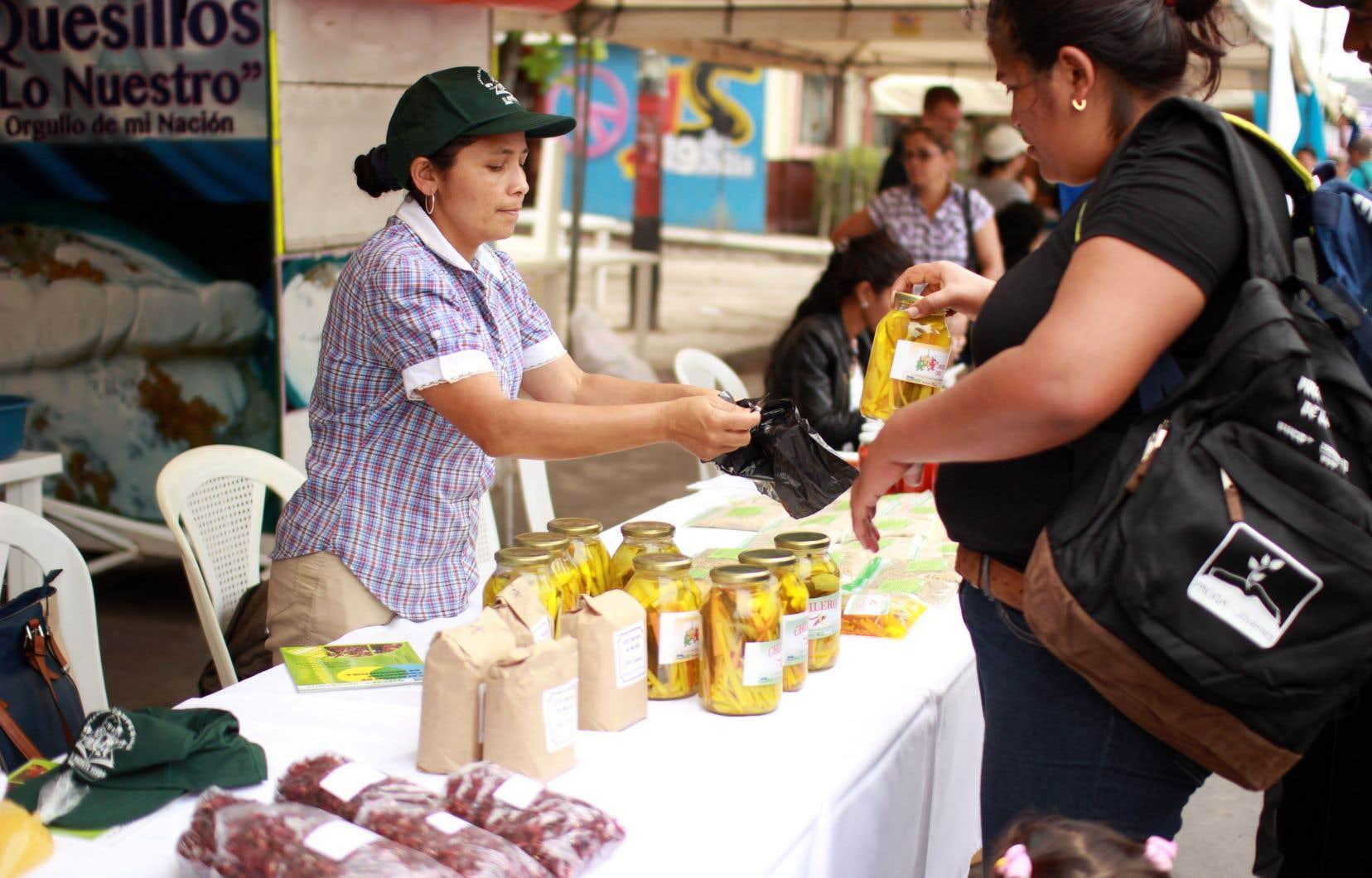 Une productrice agricole nicaraguayenne, en pleine foire alimentaire, qui a participé au projet PROGA-Jeunes et qui a démarré sa propre entreprise de produits agroalimentaires issus de l'agriculture écologique.