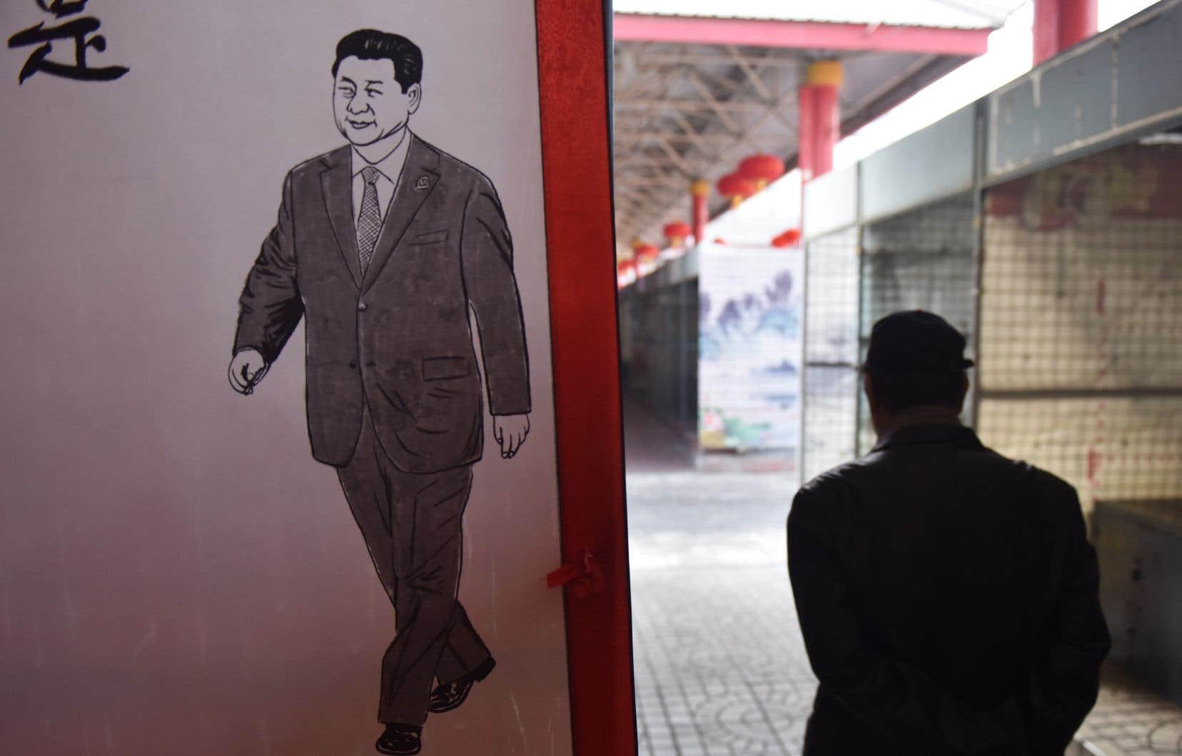 Un homme passe près d'une affiche de Xi Jinping à Beijing.