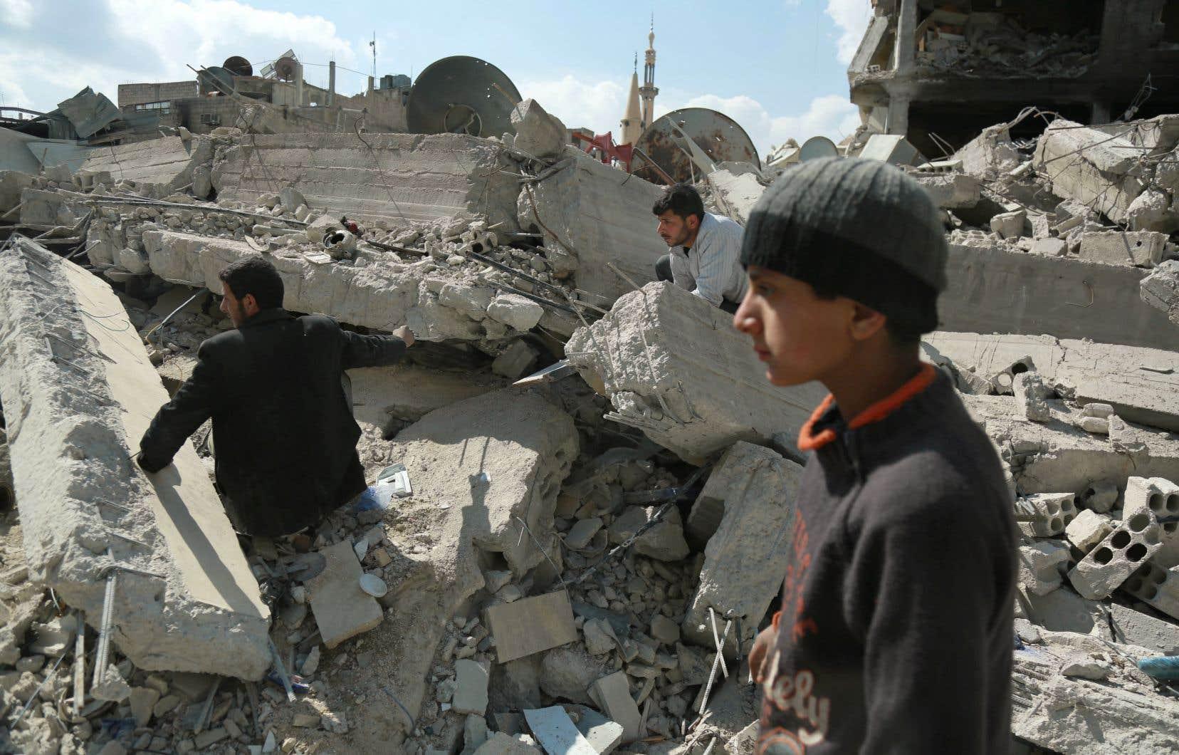 Des habitants de Douma cherchant des survivants dans des décombres, mercredi