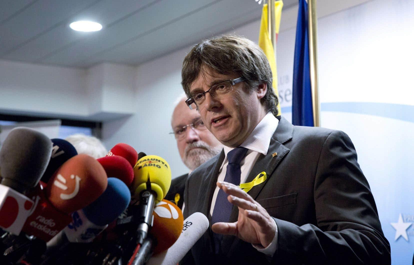 Élu président de la Catalogne en janvier 2016, Carles Puigdemont a été destitué par Madrid le 27 octobre, quelques heures après une déclaration d'indépendance de la «République catalane» votée au Parlement régional.