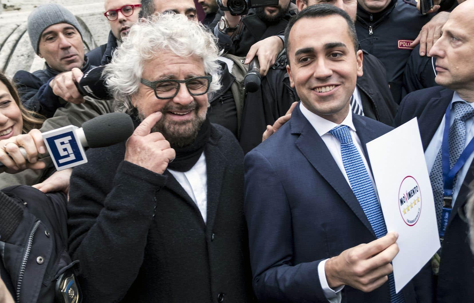 Le chef du Mouvement 5 étoiles, Luigi Di Maio (à droite), accompagné du fondateur du parti, Beppe Grillo.