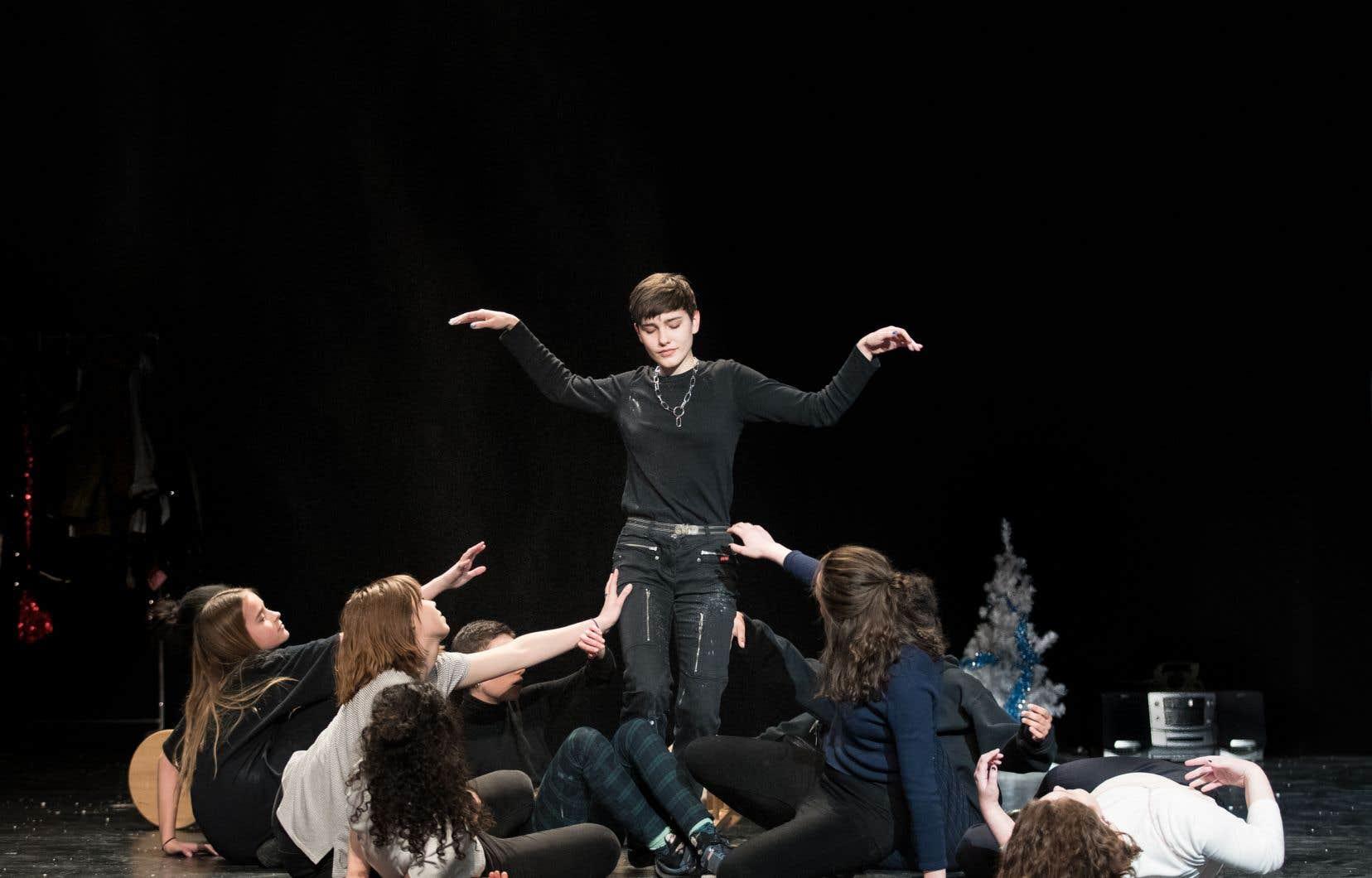 Pour donner voix et corps au parcours initiatique de Catherine, 14ans, dans les rues et les bois du Chicoutimi des années 1980, Alix Dufresne a choisi d'offrir la scène à 11 jeunes femmes sélectionnées au terme d'un vaste processus d'audition.
