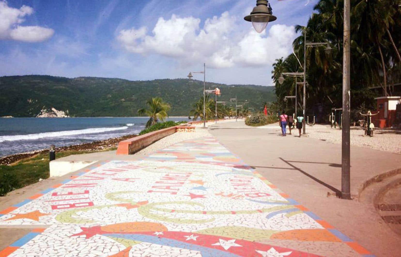 À quelques pas de ce secteur artistique est aménagée une promenade sur le bord de mer, aussi appelée «lakou» New York.