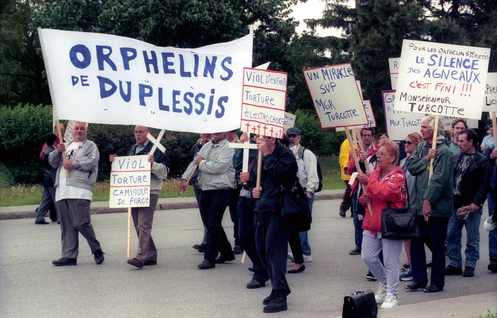 Une manifestation des Orphelins de Duplessis, en 2009, pour dénoncer les sévices dont ils ont été victimes. Une somme de 15 000$ leur a été allouée en 2001.