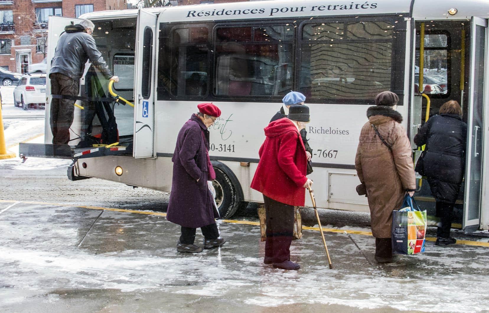 La Ville de Montréal doit se doter de méthodes de consultation adaptées aux réalités des aînés,qui sont déjà aux prises avec des facteurs d'exclusion sociale et d'isolement, estiment les auteures.