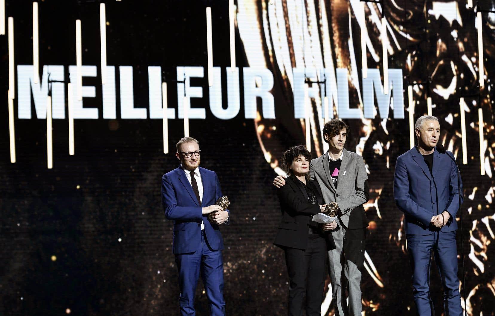 Le cinéaste Robin Campillo, au micro, est monté sur scène en compagnie des producteurs du film «120 battements par minute», Marie-Ange Luciani et Hugues Charbonneau (à gauche qui tient le César), ainsi que du président d'Act Up Paris, Rémy Hamai.