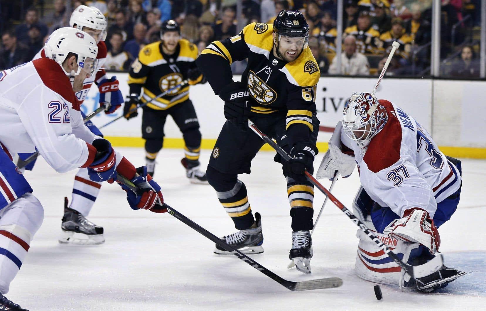 L'attaquant Rick Nash des Bruins fait face au gardien Antti Niemi, lors de la deuxième période, samedi.