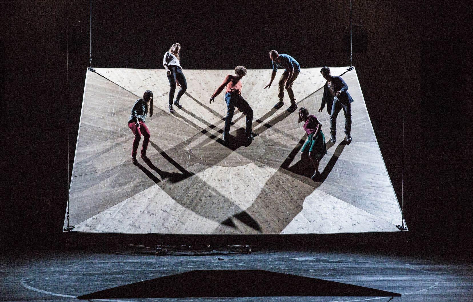 Sur un plateau qui tangue, suspendu à deux mètres du sol, les six interprètes de «Celui qui tombe» tentent de garder l'équilibre.