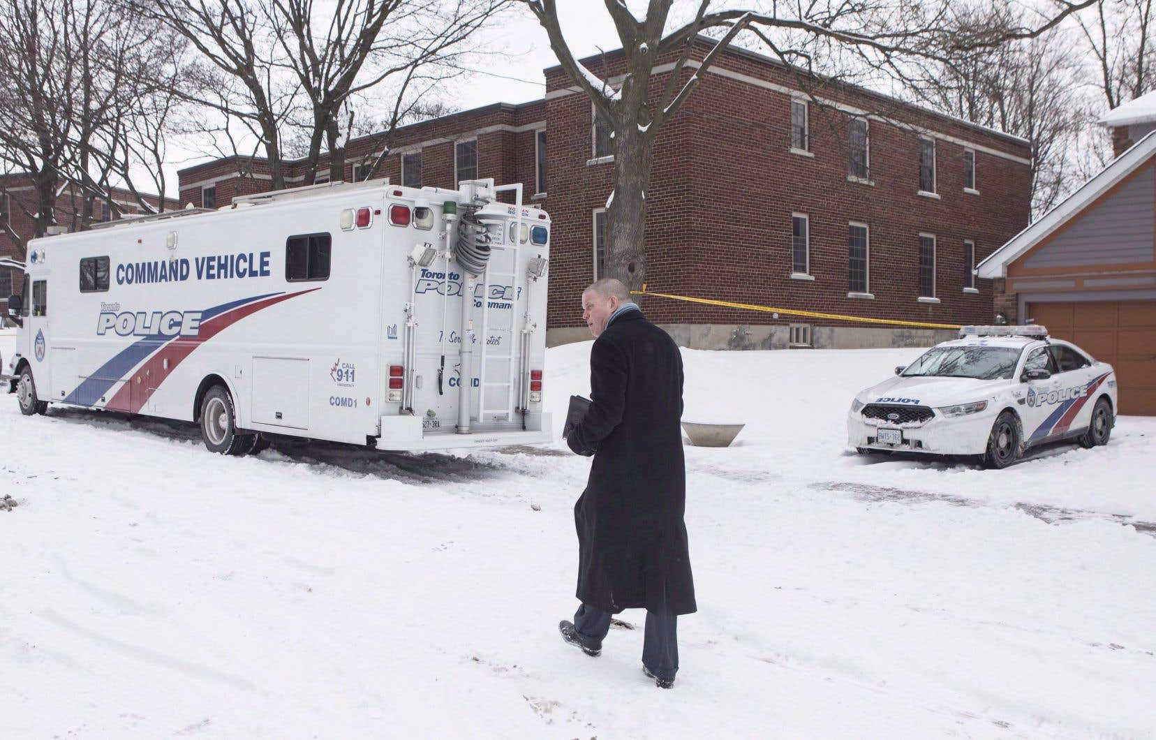 La police a jusqu'à présent identifié les restes de trois hommes trouvés dans de gros pots à fleurs sur une propriété où M.McArthur faisait de l'aménagement paysager.