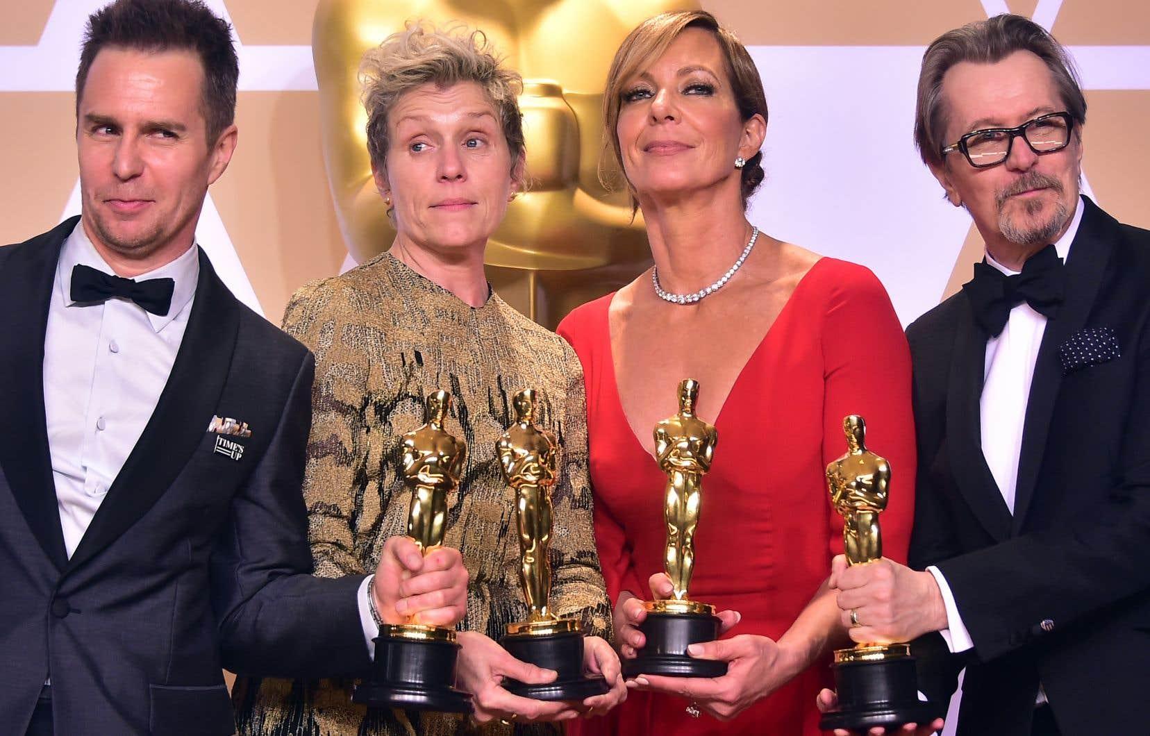 Sam Rockwell, Frances McDormand, Allison Janney, et Gary Oldman lors de la cérémonie des Oscar à Hollywood.