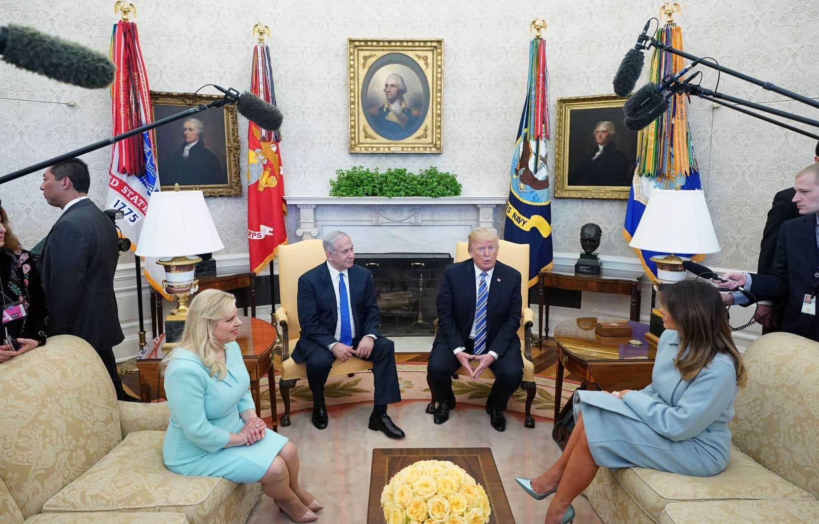 Le président américain (à droite) et le premier ministre israélien aux côtés de leur épouse respective à la Maison-Blanche, lundi