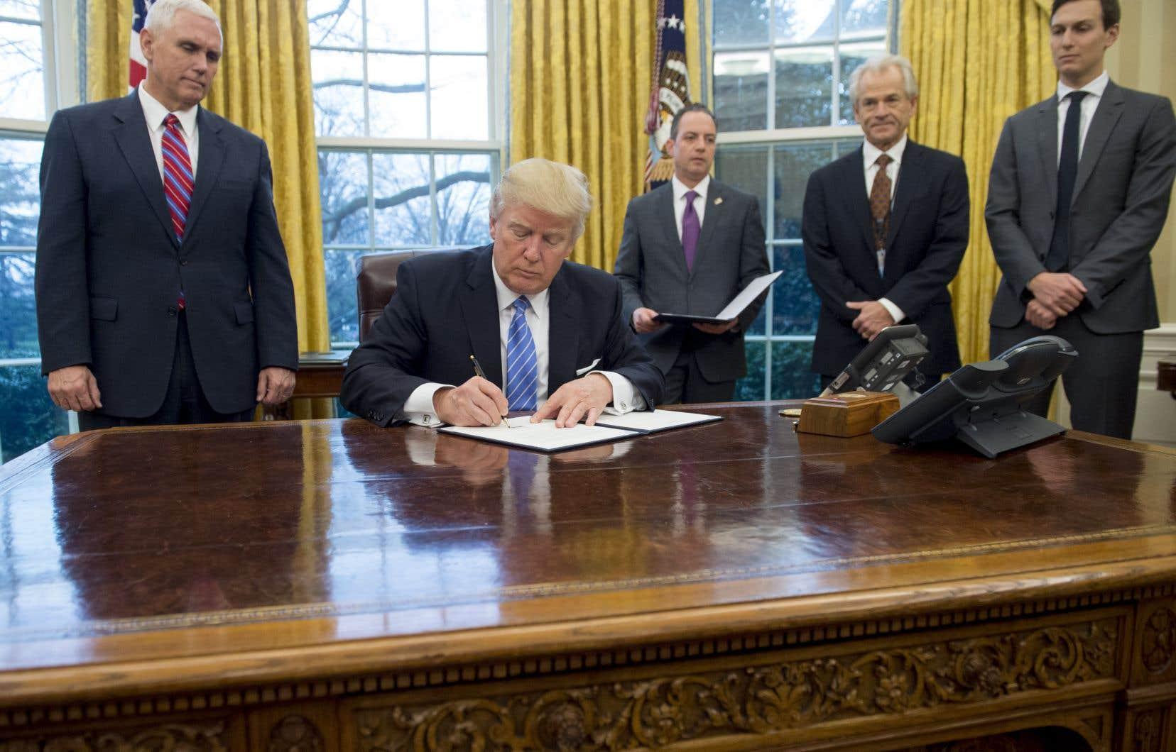 Donald Trump a été le président américain qui a signé le plus de décrets dans les 100 premiers jours de son mandat, principalement pour effacer l'héritage de Barack Obama.