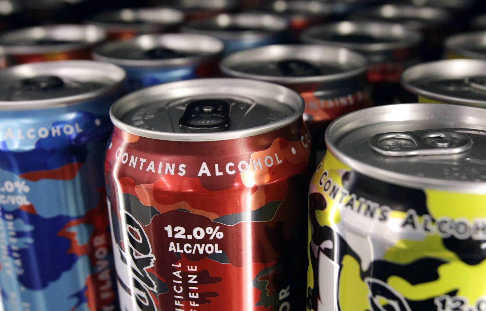 La ministre Charlebois demande aussi aux détaillants qui ne l'ont pas encore fait de retirer de leurs rayons les boissons alcoolisées sucrées.