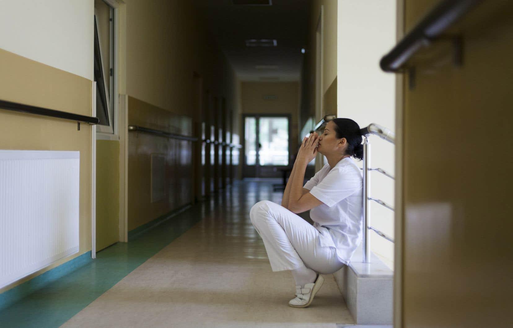 L'infirmière souffre de ne pas pouvoir être l'infirmière attendue au chevet des personnes malades et de ne pas pouvoir agir de manière compétente comme elle l'a appris dans ses formations professionnelles, estime l'auteur.