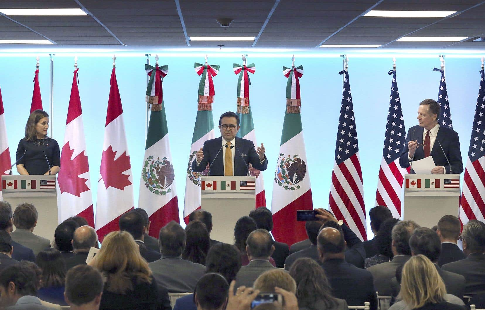 La ministre canadienne des Affaires étrangères, Chrystia Freeland, le secrétaire mexicain à l'Économie, Ildefonso Guajardo Villarreal, et le représentant américain au Commerce, Robert Lighthizer, en conférence de presse à l'occasion de la 7e ronde de renégociation de l'ALENA, lundi à Mexico