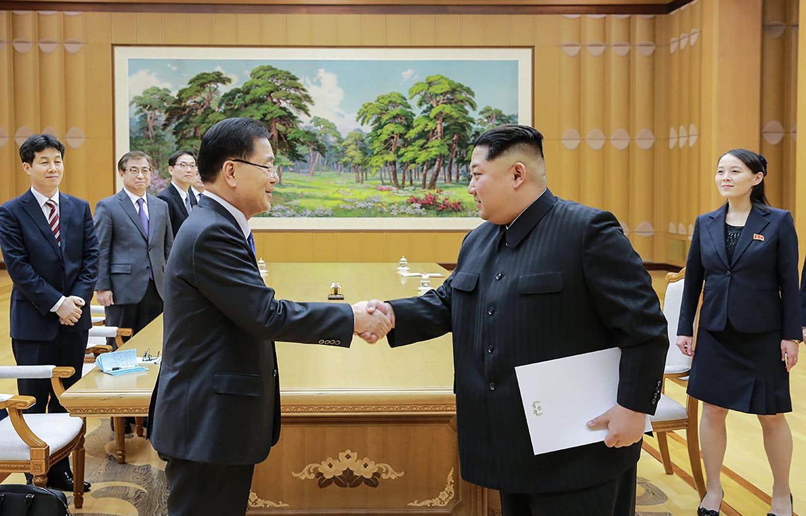 Le dirigeant nord-coréen Kim Jong-un (à droite) serrant la main du chef de la délégation sud-coréenne Chung Eui-yong, le 5 mars 2017.