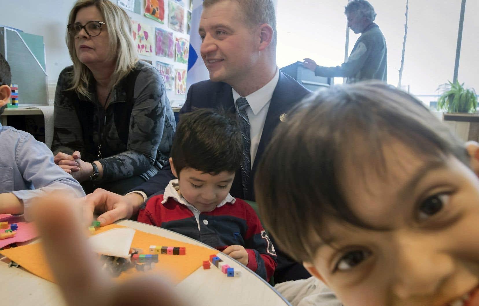 Le ministre de la Famille, Luc Fortin, était dans un CPE de l'arrondissement de Saint-Laurent pour annoncer le soutien d'État à la création de places en garderie.