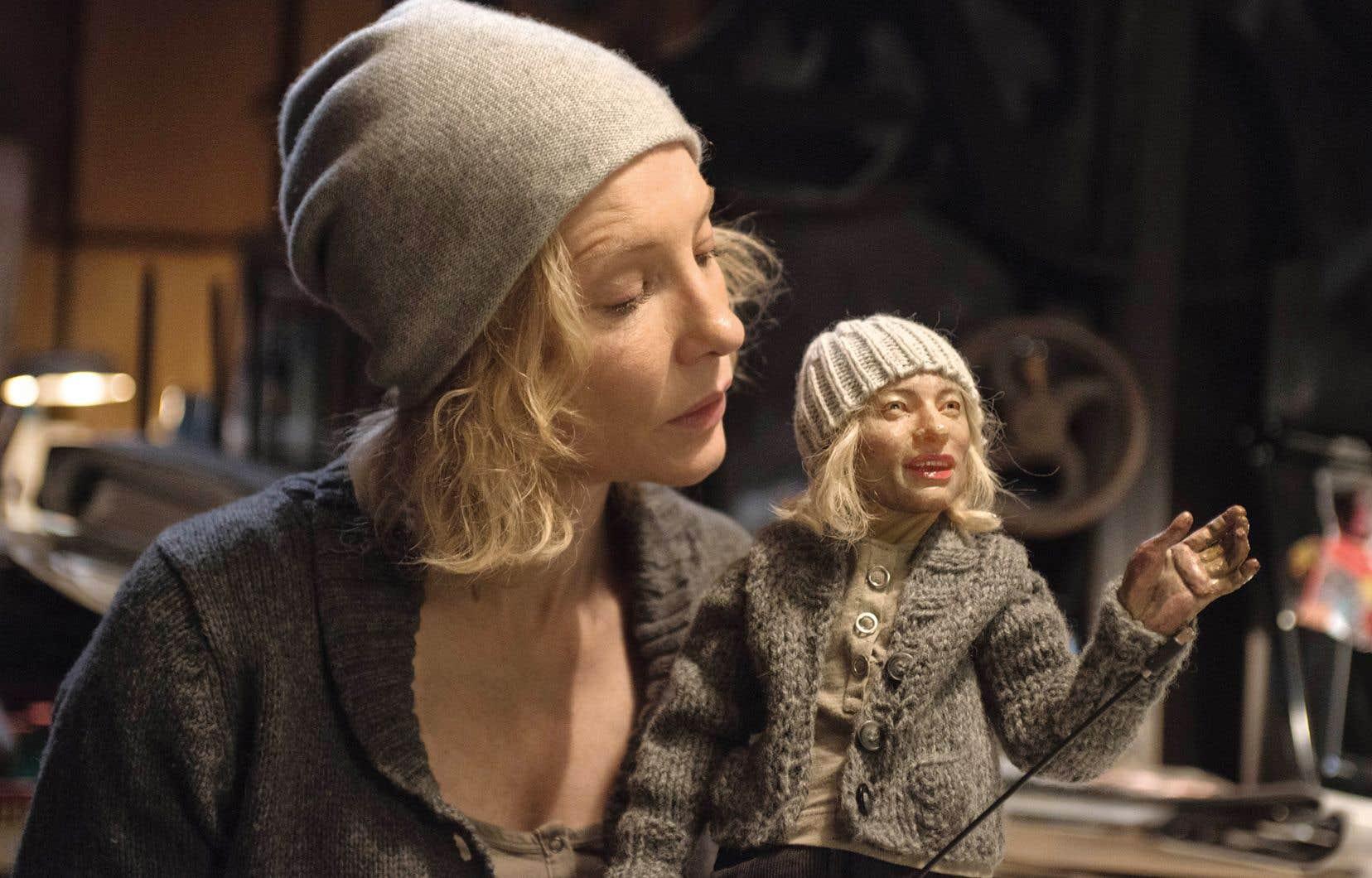 Extrait de l'installation vidéo <em>Manifesto</em> de Julian Rosefeldt mettant en scène l'actrice Cate Blanchett, qui prononce des manifestes artistiques à travers 13 rôles différents.