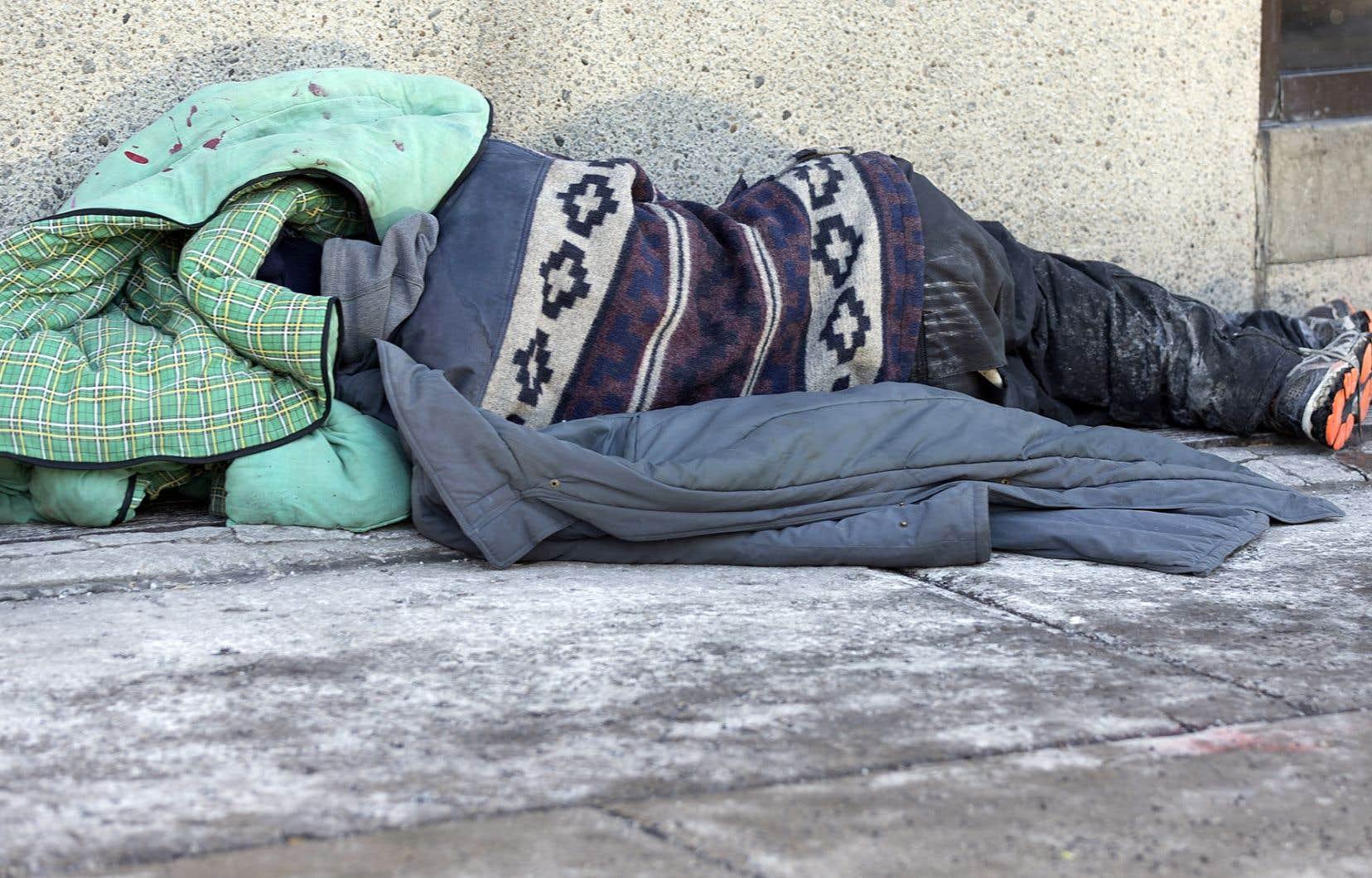 Des centaines de sans-abri souffrant d'une dépendance à l'alcool continuent de dormir dans les rues de la métropole, faute de ressources pouvant accueillir les personnes intoxiquées, selon la Ville.