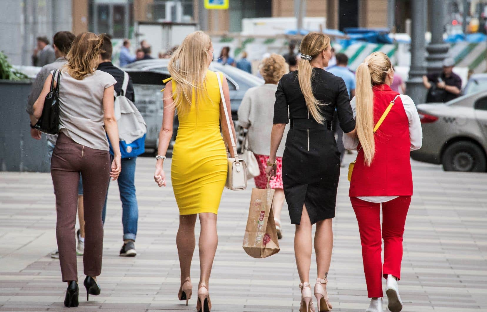 Des femmes marchent dans le centre-ville de Moscou. Héritière des mesures avant-gardistes de l'URSS, la Russie a connu depuis des reculs notables, comme l'adoption début 2017 d'une loi sur la dépénalisation des violences domestiques.