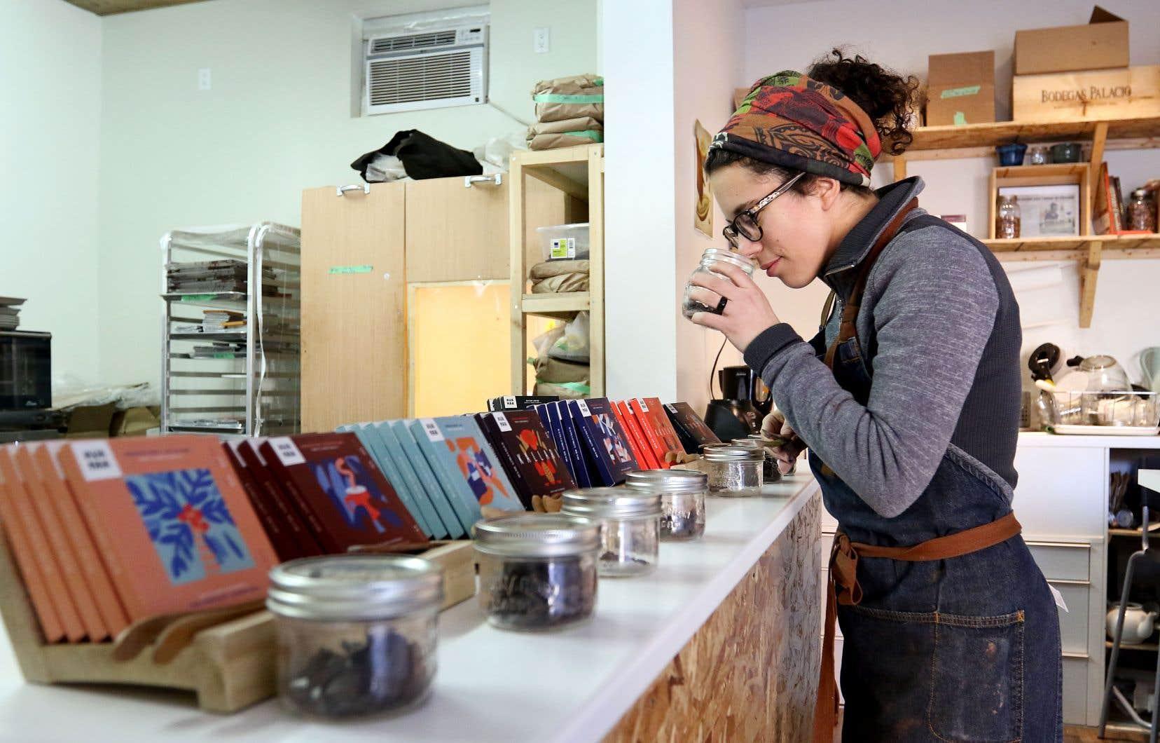 Catherine Goulet, propriétaire de la microfabrique de chocolat Avanaa, «qui provient du Nord» en inuktitut, nomme ses tablettes de chocolat en fonction des coopératives de fermiers d'où proviennent les fèves.