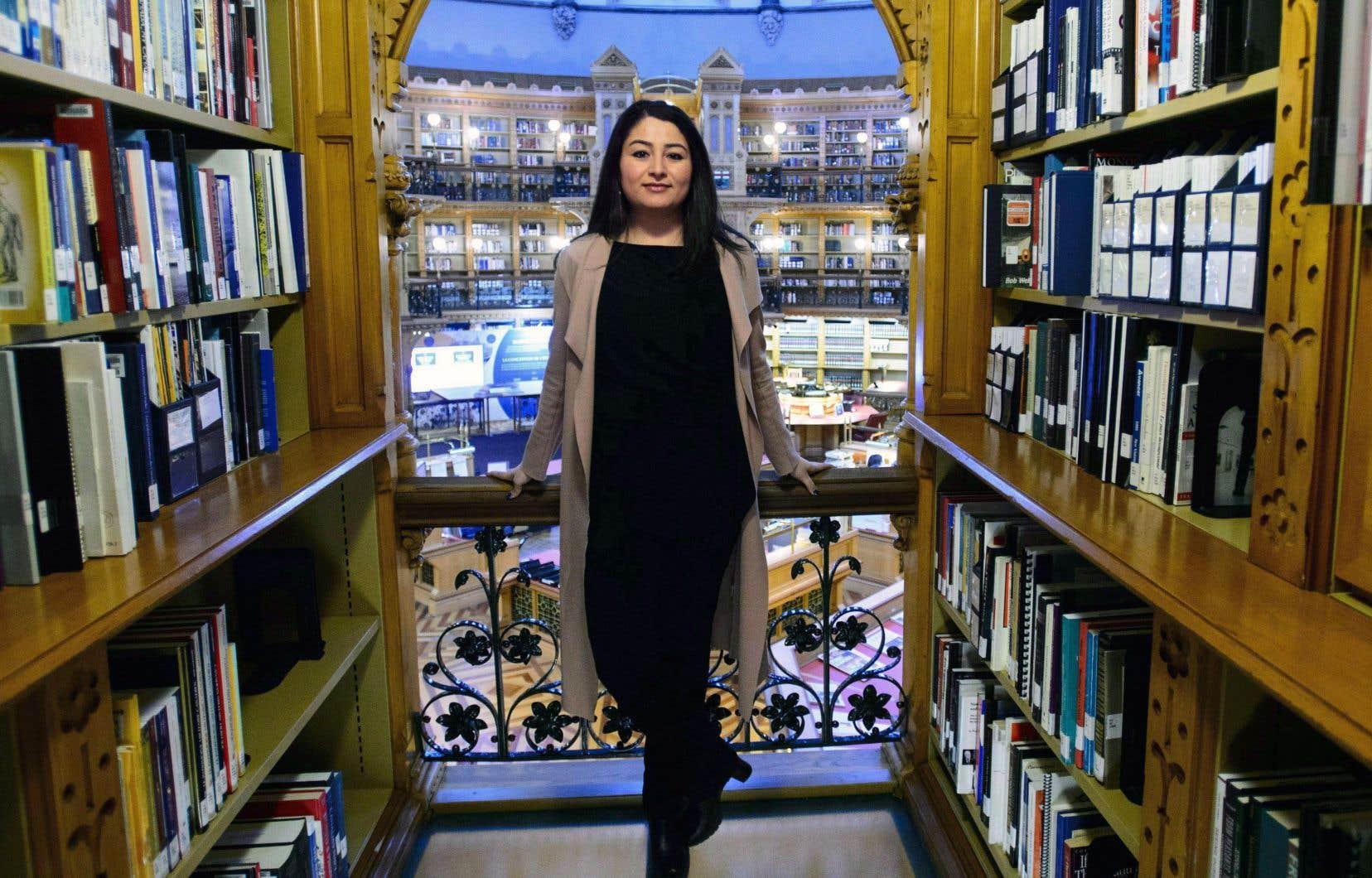 La ministre de la Condition féminine, Maryam Monsef, photographiée dans la bibliothèque du parlement d'Ottawa.