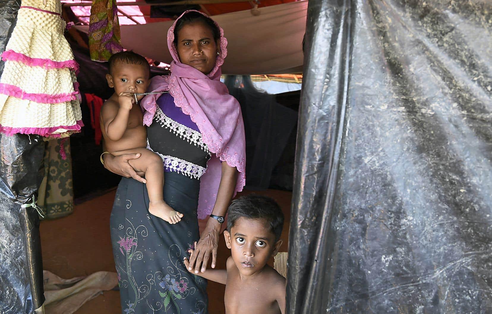Une femme rohingya et ses enfants dans un camp de réfugiés au Bangladesh.