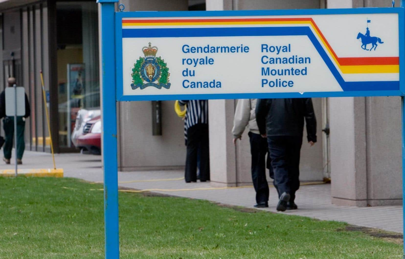 Deux élèves policiers s'évanouissent pendant un discours de Trudeau — Canada