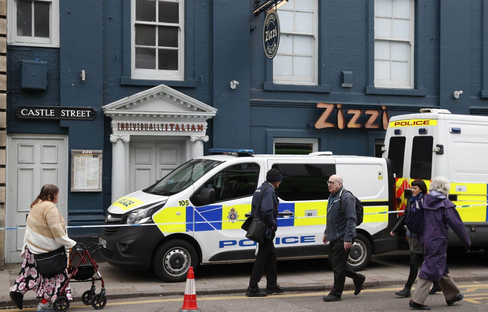 Les piétons passent devant le centre commercial The Maltings à Salisbury, dans le sud de l'Angleterre, fermé après la découverte d'un homme et d'une femme gravement malades, apparemment empoisonnés.