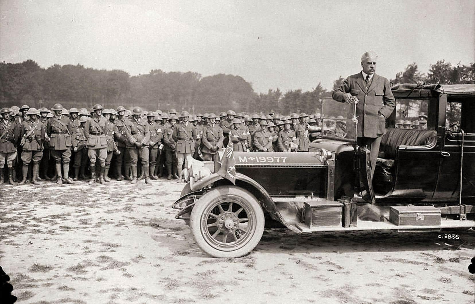 En 1914, la déclaration de guerre est décidée à Londres. Le premier ministre canadien Robert Borden n'a pas voix au chapitre, sinon pour organiser l'effort de guerre en sol canadien.