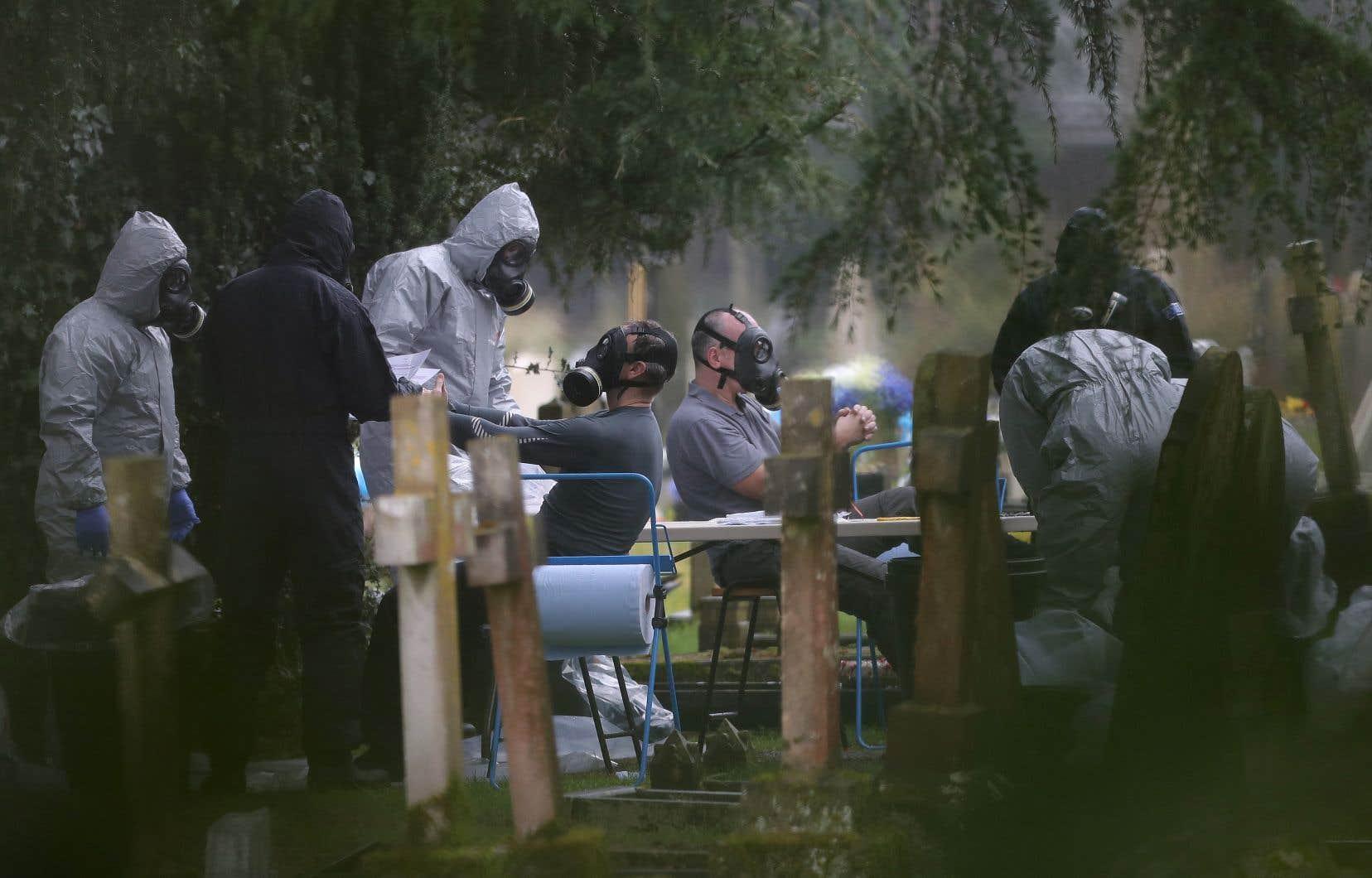 Les membres des services d'urgence et de la police poursuivent leurs recherches au London Road Cemetery à Salisbury, dans le sud de l'Angleterre, où la femme et le fils de l'ancien espion russe Sergueï Skripal sont enterrés.