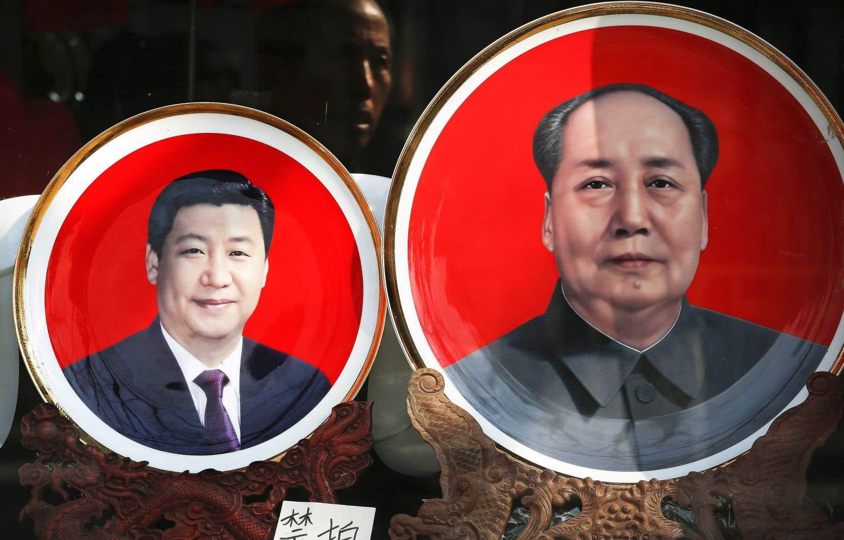 La limite de deux mandats avait été imposée dans la Constitution de 1982 pour éviter un retour au régime dictatorial de l'ère Mao Tsé-toung (à droite). À gauche, le président Xi Jinping.
