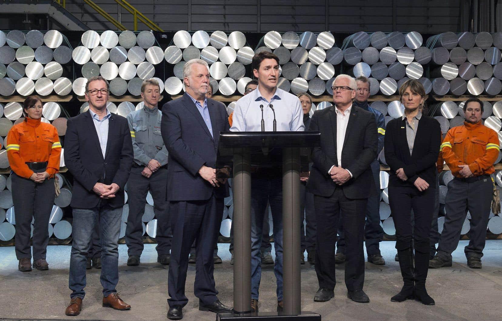 Le premier ministre du Canada, Justin Trudeau, et le premier ministre du Québec, Philippe Couillard, étaient de passage lundi à une usine d'aluminium de Rio Tinto au Saguenay.