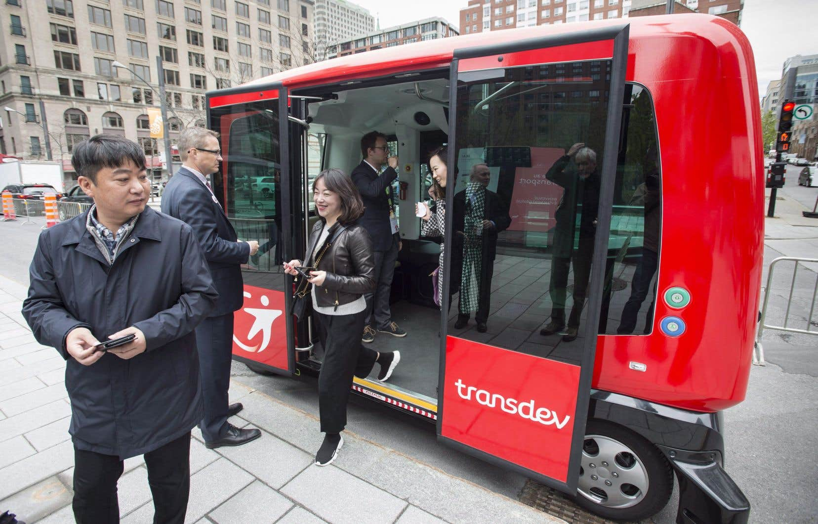 Tous les secteurs d'activités seront de plus en plus bouleversés par l'intelligence artificielle, soulignent les auteurs. Sur la photo, mise à l'épreuve d'un autobus autonome à Montréal, en 2017.