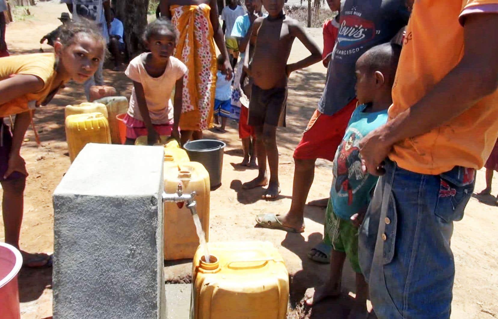 L'Institut de la Francophonie pour le développement durable a soutenu le projet Adduction d'eau potable à Ambesisika, à Madagascar. Dorénavant, les villageois peuvent bénéficier d'eau potable grâce à la rétrofiltration biologique.