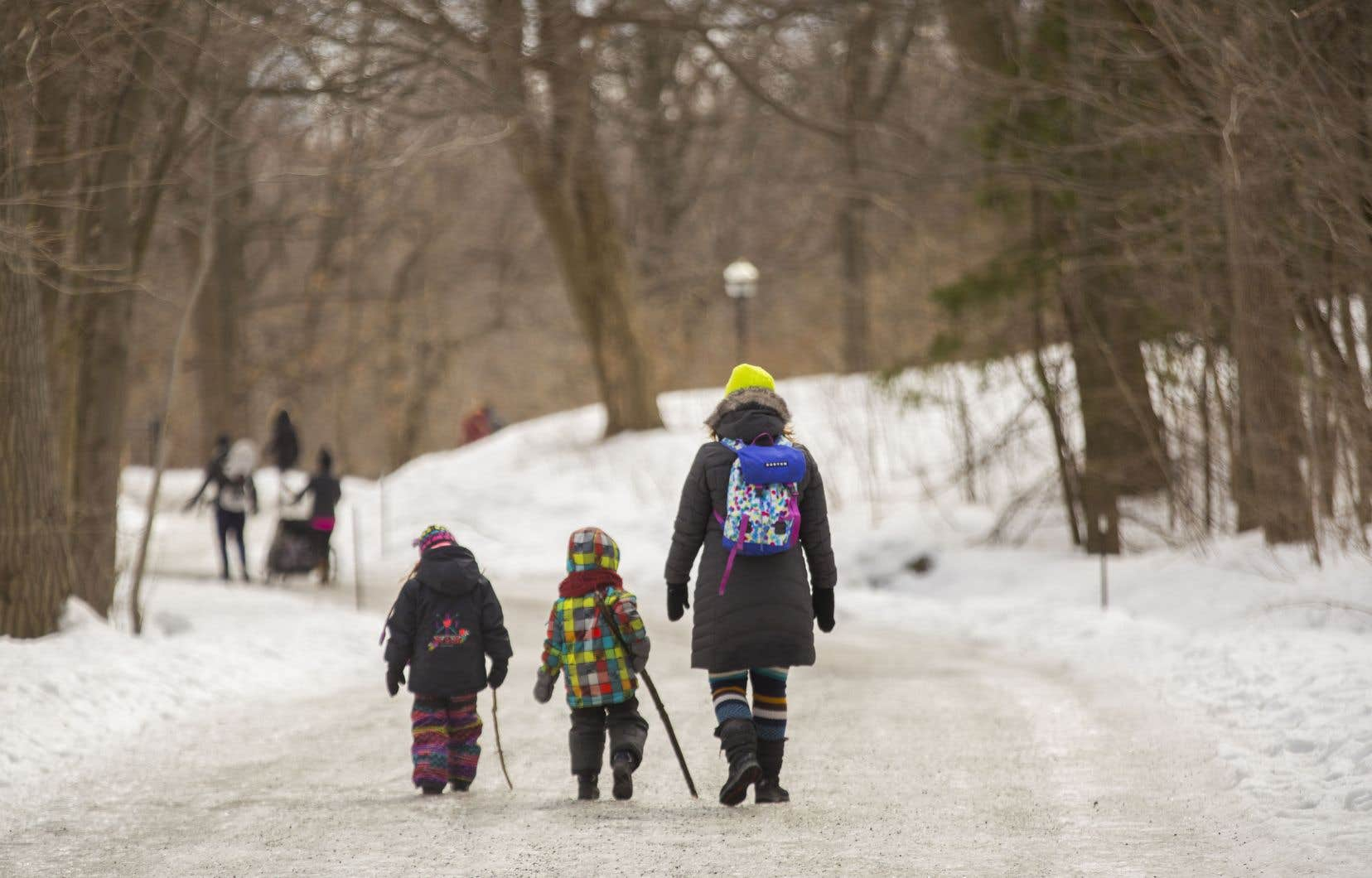 La chercheuse en nutrition Tamara Cohen prône la simplicité en ce qui concerne la pratique d'activités physiques, comme la marche en famille.